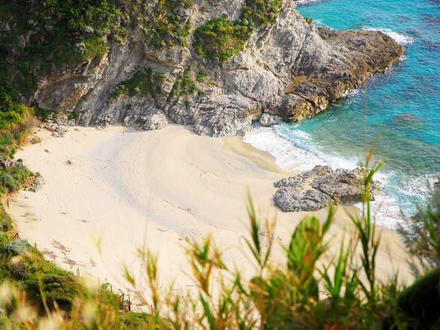 Strandnahes Ferienhaus in der Natur am Capo Vaticano - Badebucht und Strand