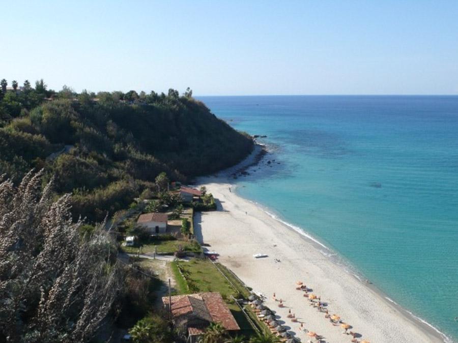 Komfortable Ferienhäuser mit Pool am Capo Vaticano - am Strand