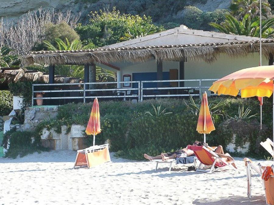 Komfortable Ferienhäuser mit Pool am Capo Vaticano - Strandbar