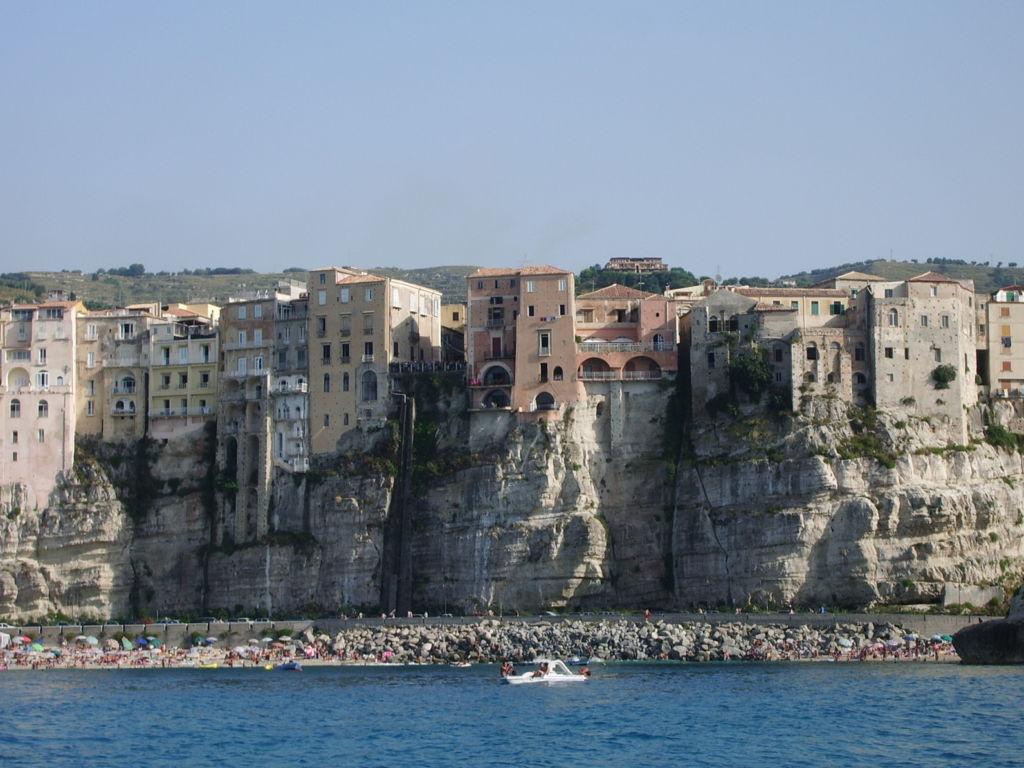 Tropea Blick vom Meer auf die Altstadt