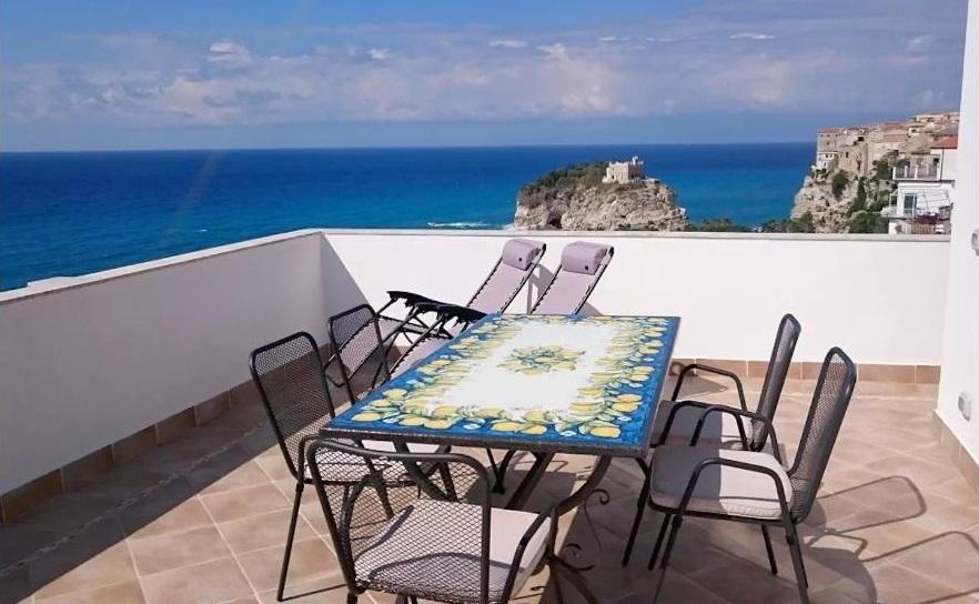 Tropea Attico Terrasse und Aussicht aufs Meer